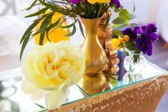 Kwiecisty przygotowania dekorować ślubną ucztę panny młodej, i Obraz Royalty Free