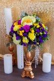 Kwiecisty przygotowania dekorować ślubną ucztę panny młodej, i Obrazy Royalty Free