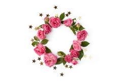 Kwiecisty round wianek Kwiat rama robić róże, liście i złote gwiazdy odizolowywający, na białym tle obraz royalty free
