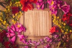 Kwiecisty tło z drewnianą deską obraz stock