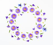 Kwiecisty wianek robić fiołka chamomile i kwiaty na białym bakground Mieszkanie nieatutowy Odgórny widok Obraz Royalty Free