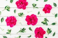 Kwiecisty wzór peonia i liście na białym drewnianym tle Mieszkanie nieatutowy, odgórny widok Wzór robić kwiaty Obrazy Stock