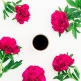 Kwiecisty wzór peonia, liście i gorący czarny kawowy kubek na białym tle, Mieszkanie nieatutowy, odgórny widok tła piękna błękitn Zdjęcia Stock
