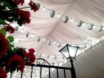 Kwietnia budka Uczciwy dach z lampionami i światłami Fotografia Royalty Free