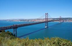 """25 Kwietnia mostu †""""zawieszenie most nad Tegus rzeką (Ponte 25 De Abril) lisbon Portugalia zdjęcia stock"""