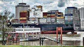 Kwietnia 2017 Nowy Orlean usa - Maerks ładunku statku omijanie przez N zdjęcia royalty free