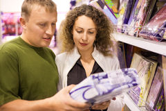 kwietnikowi kupienia mężczyzna supermarketa kobiety potomstwa obraz royalty free