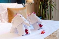 Kwietnikowy słonia origami ręcznik na łóżku Fotografia Stock