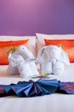 Kwietnikowy słonia origami ręcznik na łóżku Zdjęcia Royalty Free