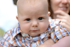 kwijlt de 3 maand oude baby met een grappige uitdrukking en Stock Fotografie