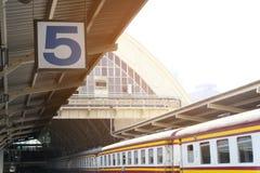 Kwinty stacji kolejowej pociąg w Bangkok Tajlandia fotografia royalty free