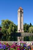 Kwitnąć Kwitnie przy Zegarowy wierza nadbrzeżem rzeki Obraz Royalty Free