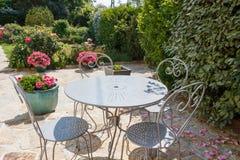 Kwitnący tarasowy z ogrodowym meble zdjęcia royalty free