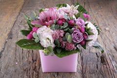 Kwitnący kwiatów bukiety na rocznika drewnianym stole Fotografia Stock