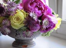 Kwitnie ślubnego przygotowania z ranunculus, pion, róże Zdjęcia Stock