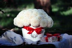 Kwitnie ślubnego przygotowania z ranunculus, pion, róże Obrazy Royalty Free