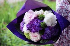 Kwitnie ślubnego przygotowania z ranunculus, pion, róże Fotografia Royalty Free