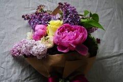 Kwitnie ślubnego przygotowania z ranunculus, pion, róże Obrazy Stock
