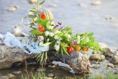 Kwitnie bukiet na tle halna rzeka Zdjęcia Royalty Free