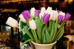 Kwitnie bukiet w białej wazie Zdjęcia Stock