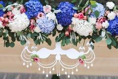 Kwitnie bukiet w wazie na stole obraz royalty free
