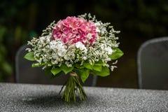 Kwitnie bukieta biel na popielatym stole i czerwień fotografia stock