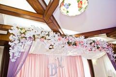Kwitnie dekoracje w restauraci dla ślubnego świętowania Zdjęcie Stock