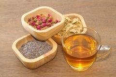 Kwitnie herbacianą kolekcję w drewnianym pucharze zdjęcie royalty free