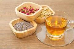 Kwitnie herbacianą kolekcję w drewnianym pucharze zdjęcia stock