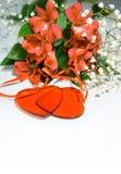 Kwitnie lelui w kolorze rok 2019 - Żyć koral Livingcoral Romantyczny bukiet i dwa czerwonego serca dla walentynka dnia gościa res fotografia stock