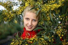 kwitnie mimozy blisko kobiety kolor żółty potomstw obrazy stock
