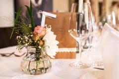 Kwitnie położenie dekoraci plenerowego ustawianie dla poślubiać z menchia barwiącym kwiatem Zdjęcie Stock
