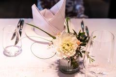 Kwitnie położenie dekoraci plenerowego ustawianie dla poślubiać z menchia barwiącym kwiatem Obraz Stock