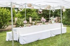 Kwitnie położenie dekoraci plenerowego ustawianie dla poślubiać z menchia barwiącym kwiatem Fotografia Royalty Free