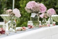 Kwitnie położenie dekoraci plenerowego ustawianie dla poślubiać z menchia barwiącym kwiatem Zdjęcia Stock