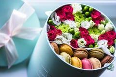 Kwitnie pudełko i kwitnie zbliżenie, Słodka niespodzianka Macarons fotografia royalty free