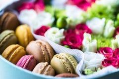 Kwitnie pudełko i kwitnie zbliżenie, Słodka niespodzianka Macarons obrazy royalty free