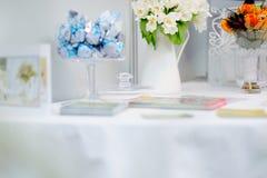 Kwitnie skład na stole Zdjęcia Royalty Free