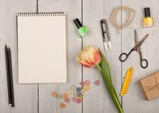 Kwitnie tulipanu, pustego nutowego ochraniacza, nożyc, gwoździa połysku i guzików, w formie serc Obraz Stock