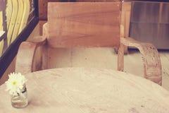 Kwitnie w wazie na drewnianym tekstury tle obrazy royalty free