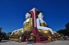 Kyaik Pun Pagoda, una pagoda di quattro statue giganti di Buddha, Pegu, Myan Fotografia Stock