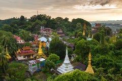Kyaik Tan Lan或Kyaikthanlan塔在日落期间的毛淡棉,孟邦 免版税库存图片