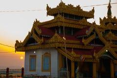 日落 Kyaik Tan Lan 老Moulmein塔 毛淡棉,缅甸 缅甸 图库摄影