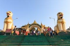Kyaikhtiyo或Kyaiktiyo塔入口Kinpun营地的在星期一状态Kyaikhtiyo在缅甸的 库存照片