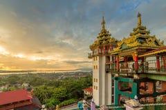 Kyaikthanlan塔在日落期间的毛淡棉,孟邦,缅甸 库存图片
