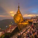 Kyaiktiyo塔,在缅甸的金黄岩石 库存图片