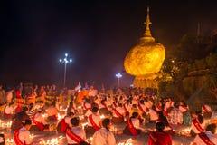 Kyaiktiyo塔,在缅甸的金黄岩石 免版税库存照片