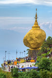 Kyaiktiyo塔,在缅甸的金黄岩石 免版税库存图片