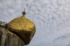 Kyaiktiyo塔,金黄岩石,在与白色的背景天空 免版税库存照片