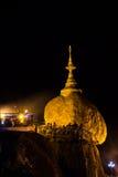 Kyaiktiyo pagod på den GULD- natten (VAGGA PAGODEN) som ÄR MIN Royaltyfria Foton